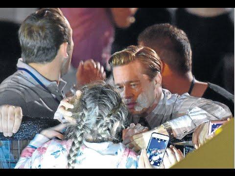 Brad Pitt rescata a una niña entre la marea de fans de Gran Canaria видео