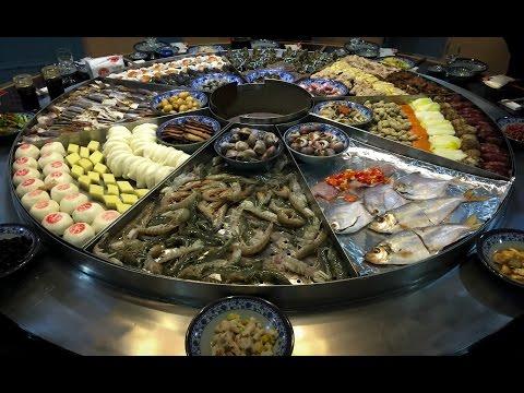 這群人在餐廳點了一桌「史上最狂海鮮鍋」,超巨大鍋蓋掀起後全場人嘴巴都變成O字型!
