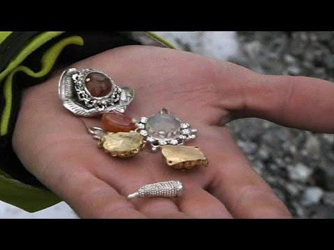 scala il monte bianco e trova un tesoro che consegna alle autorità