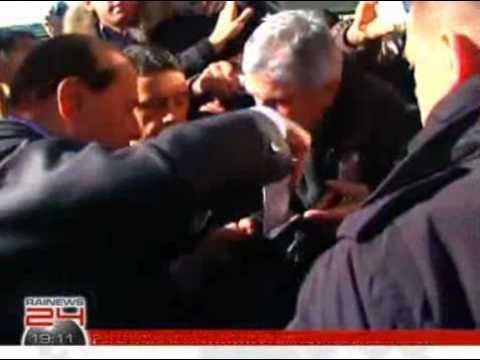Berlusconi hospitalizado luego de ataque.