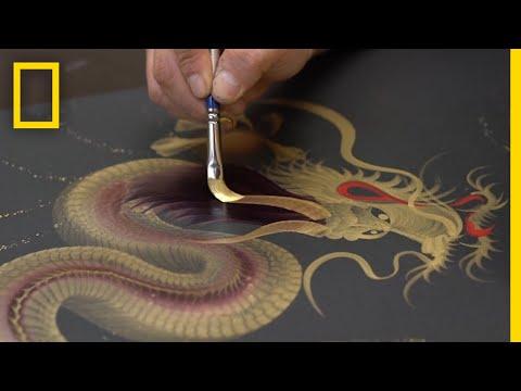 Japanilainen taiteilija tekee upeita lohikäärmeitä suurella pensselillä