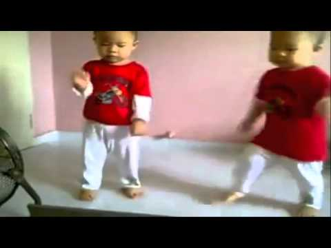 2 bé nhảy cực vui