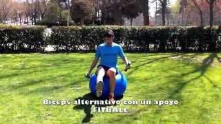 Biceps alternativo sentado sobre fitball con mancuernas en un apoyo