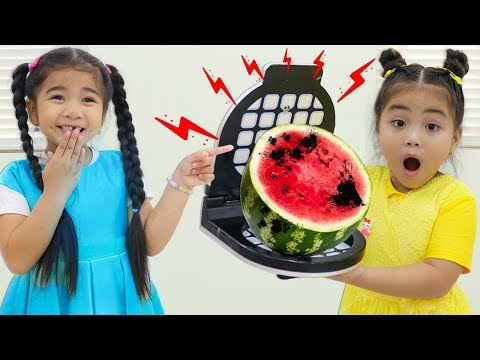 Suri amp Annie Pretend Play with Colored Food in Restaurant with Kitchen Toys