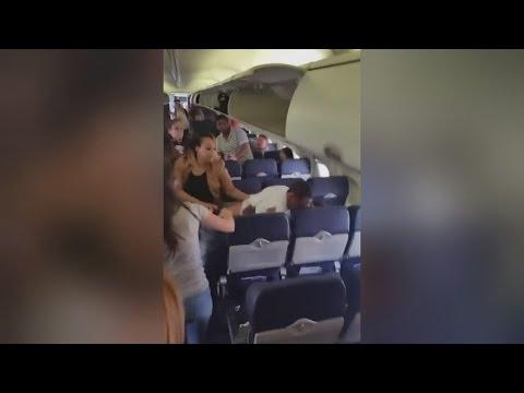 العرب اليوم - شاهد: عراك صادم بين ركاب على متن طائرة