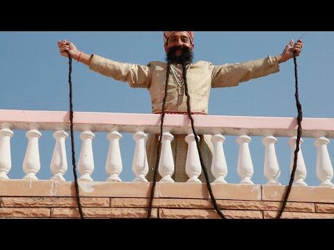 العرب اليوم - شاهد: هندي يمتلك أطول شارب في العالم