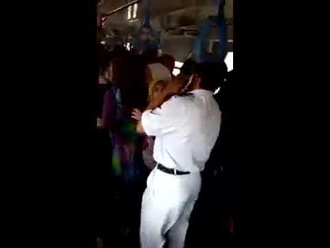شاهد بالفيديو امين شرطه يقتحم سياره السيدات بمترو حلوان