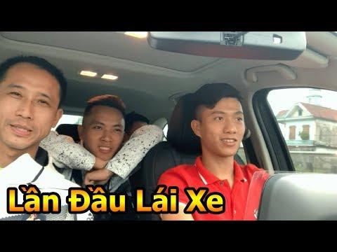 Thử Thách Bóng Đá Phan Văn Đức ĐT Việt Nam lần đầu trổ tài lái xe ô Tô đưa Đỗ Kim Phúc về thăm nhà - Thời lượng: 10 phút.