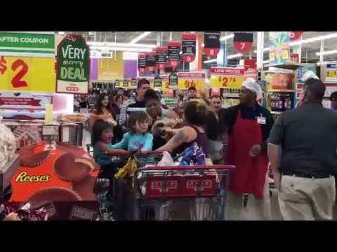 Äidit tukkanuottasilla San Antoniolaisessa marketissa