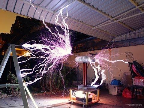 Large Homemade Tesla Coil in Singapore - Tesla Coil 2 mk iii (видео)
