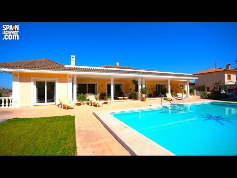 860000€/Inmuebles en España/Villa de estilo clásico con una gran parcela en Benidorm/La Nucia