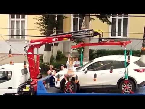 Палава рускиня остана полугола, за да отърве колата си от паяк