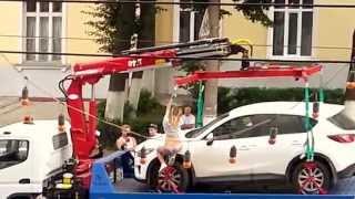 Девушка устроила стриптиз, уговаривая не эвакуировать ее автомобиль