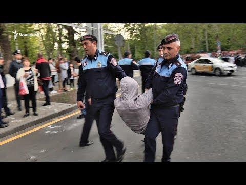 Ոստիկանությունը ուժի կիրառմամբ հեռացրեց ակտիվիստներին Ֆրանսիայի հրապարակից - DomaVideo.Ru