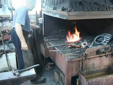 forging  mooring  rings out of old  wrought iron chain.wmv
