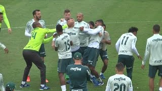 """Os jogadores do Palmeiras fizeram uma caça na manhã desta sexta-feira a Róger Guedes. Com gritos de """"o terror vem aí e não..."""