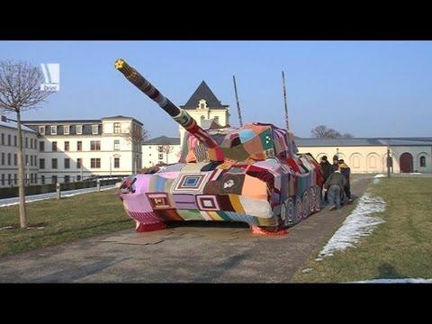 Panzer mit Strickjacke