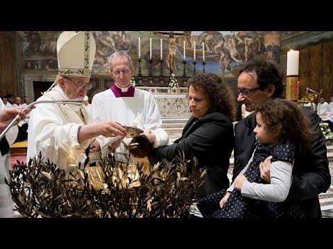 Ο Πάπας Φραγκίσκος προέτρεψε μητέρες να θηλάσουν τα μωρά τους δημόσια…