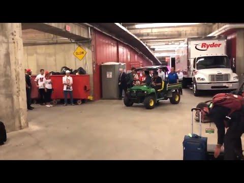 Patrick Mahomes visits injured 49ers quarterback Jimmy Garoppolo after game (видео)