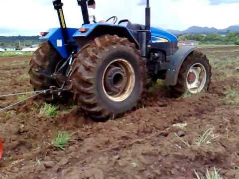 Trator New holland,com maguina de irrigação.