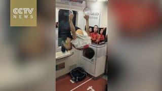 طفل يستعرض لياقته البدنية لركاب مترو أنفاق بكين
