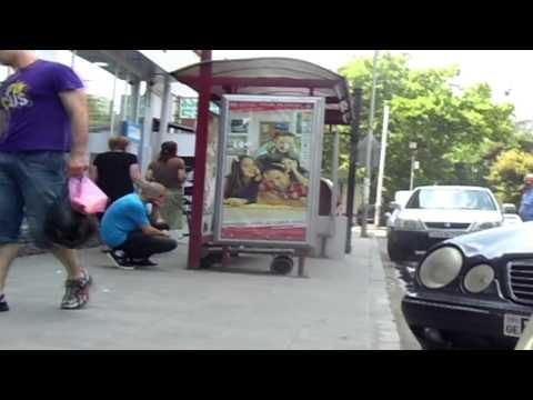 ფარული კამერა - როგორ იქცევიან თბილისში, როცა ქუჩაში წაქცეულს ხედავენ (ვიდეო)