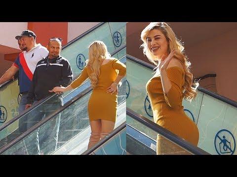 Chicas tocando a desconocidos en la Escalera del Amor - Bufones.net