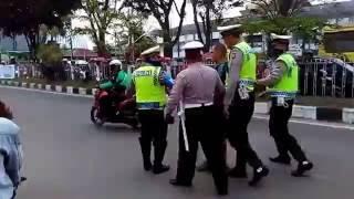 Video Video Aksi Anggota TNI Tinju Wajah Polisi Ditonton Warga MP3, 3GP, MP4, WEBM, AVI, FLV Oktober 2017