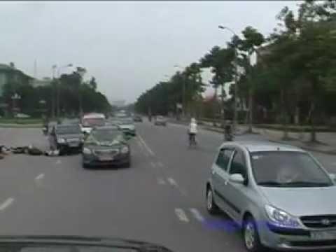 Xe máy đâm ô tô như phim hành động tại Nghệ An