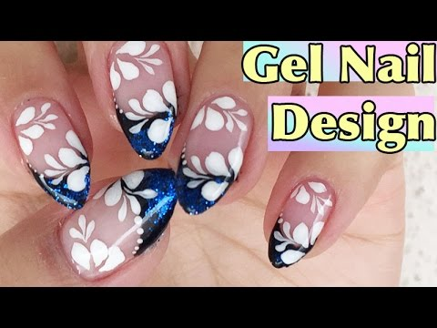 nail art in gel con french blu e fiori bianchi