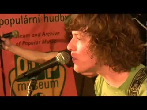 Curlies - Je mi jedno - Curlies (2012)