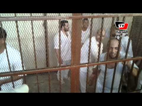 إخواني يرقص في قفص الاتهام قبل النطق بالحكم في قضية «ميدان الثقافة»