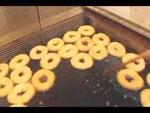 3 minute maine - Russell Kaye & Sandra-Lee Phipps make a pilgrimage to Tony's Donuts in Portland, Maine. Watch as Tony teaches Russell to make hand-cut donuts. Also meet the ...