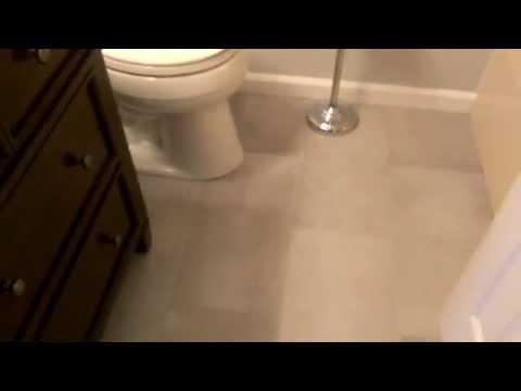 Aseos peque os con ducha videos videos relacionados for Como remodelar un bano pequeno