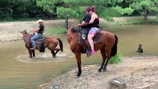 Koń miał dość noszenia turystów z nadwagą. To co nagrała kamera rozbawi każdego do łez!
