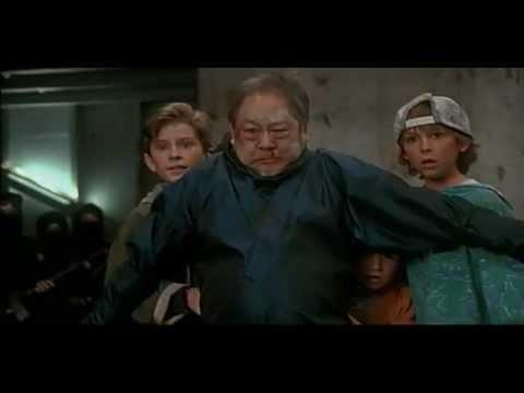 ninja - Voici le premier film de la saga. Résumé : Hugo Snyder, un redoutable trafiquant d'armes kidnappe les trois enfants de Samuel Douglas, un agent du FBI. Mais ...
