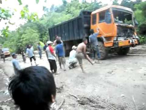 Satu truk di tarik 4 truk sekaligus.mp4