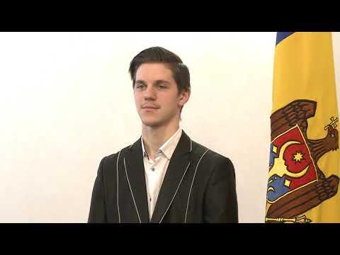 Igor Dodon a înmînat Diploma Președintelui Republicii Moldova muzicianului Radu Rațoi
