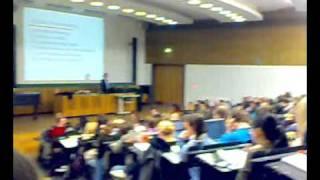 Student flippt bei Prof. Dr. Machill aus