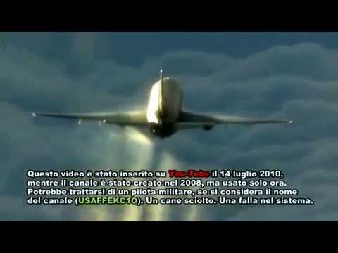 Avión captado en plena fumigación (Chemtrail)