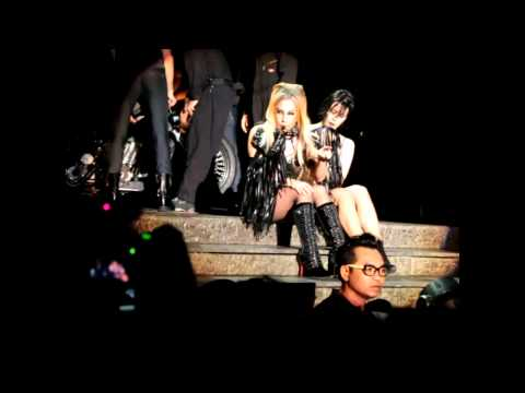 SinGaGaPawVEVO - Lady Gaga saw a girl holding a piece of note that written, 