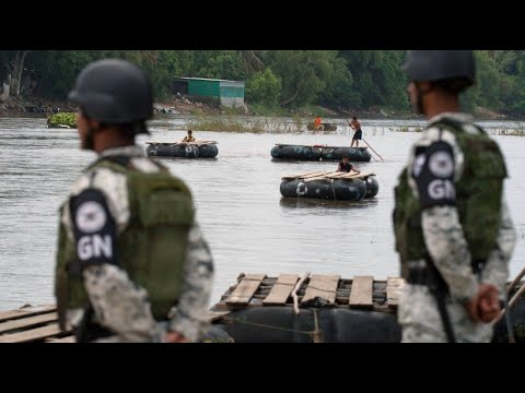 Mexiko: Einsatzkräfte des Militärs am Grenzfluss zu G ...
