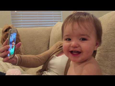 Δύο μωρά συζητούν σε βιντεοκλήση