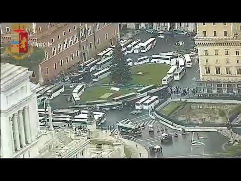 Rom: Busstreik legt den Verkehr lahm - Busunternehmer parken ihre Busse auf der Piazza Venezia