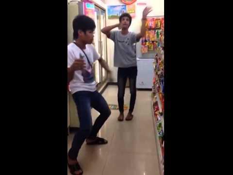 2 thanh niên quẩy trong siêu thị cực bá đạo