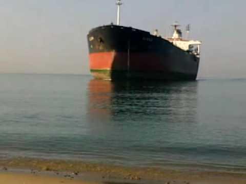ship runs aground -