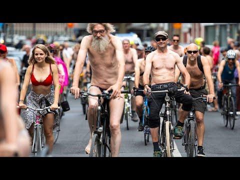 Nackt-Radler demonstrieren in Köln für bessere Fahrra ...