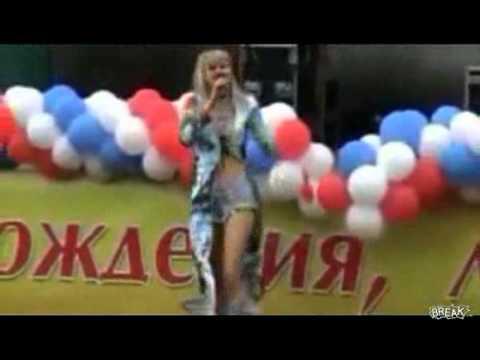 La cantante rusa Natalie se cae de pleno escenario