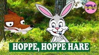 Hoppe, Hoppe hare satt og gomla bær. Klappa seg på magen, det var godt, det her! Fram smyger reven, ville Hoppe ta. Men Hoppe, Hoppe hare hoppa der ifra.