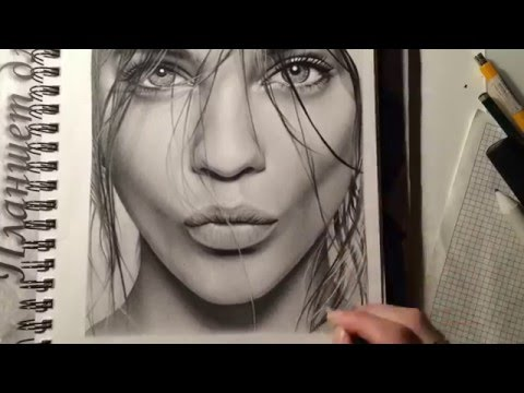 Девушка рисует портрет карандашом 32